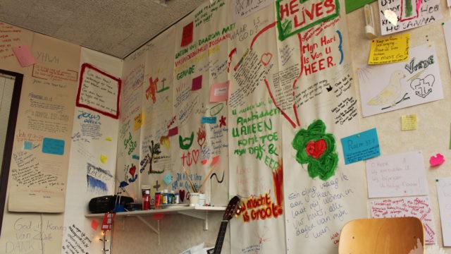 muur na een week gebed